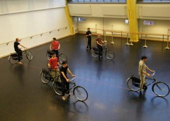 Auf zur Radtour durch den Ballettsaal.