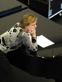 Vladimir schaut vom Klavier aus zu.