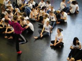 Tanzpädagogin Kathlyn Pope (Choreographie) bei ihrer Methode, ...