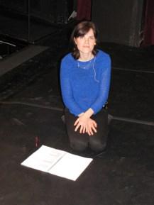 Fritzi Haberlandt sitzt auf der Bühne.