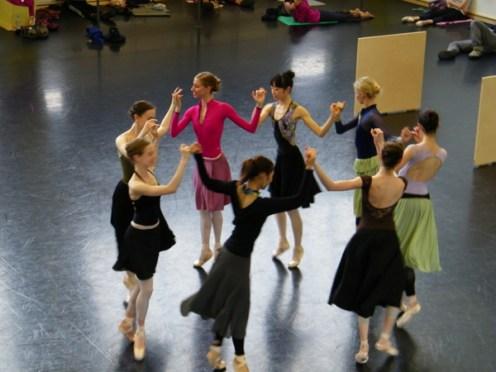 Die Mädchen beim Tanz.