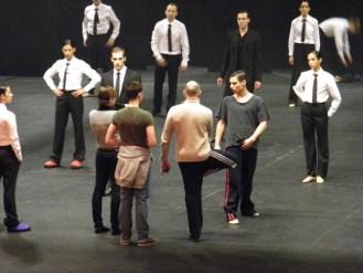 Itzik Galili, zwei seiner Assistenten und die TänzerInnen.