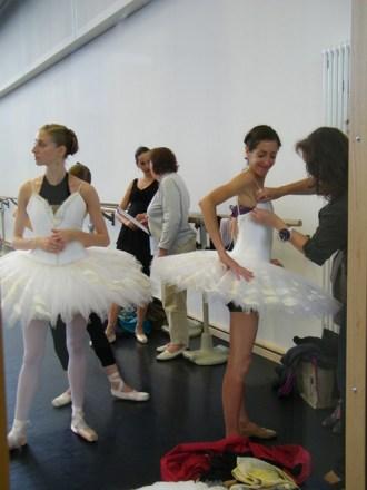 Die Tutu-Anprobe im Ballettsaal. Soraya Bruno ist an der Reihe.