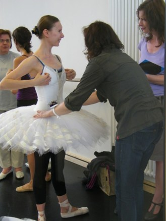 Anastasia Kurkova mit Mitarbeiterinnen des Bühnenservice.