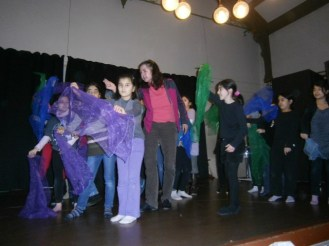 Birgit Brux bei einer Probe mit den Kindern.