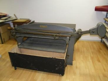 Diese Maschine wird zum Schneiden von dicker Pappe verwendet.