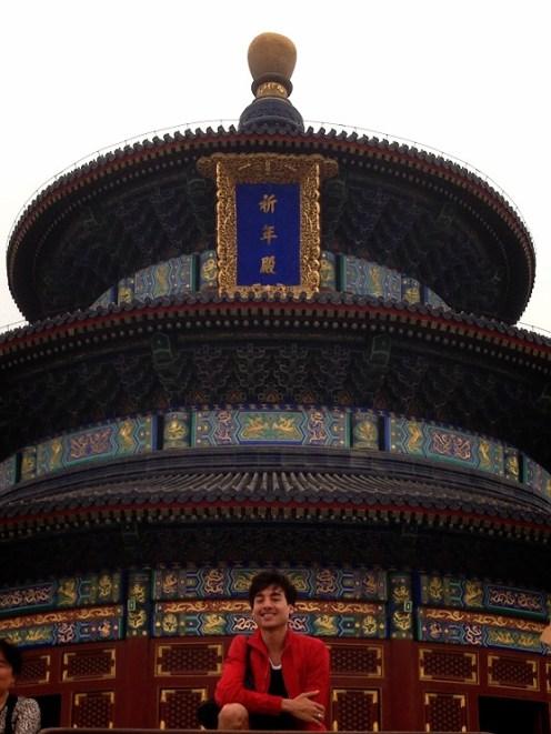 Kevin Pouzou vor dem Temple of Heaven