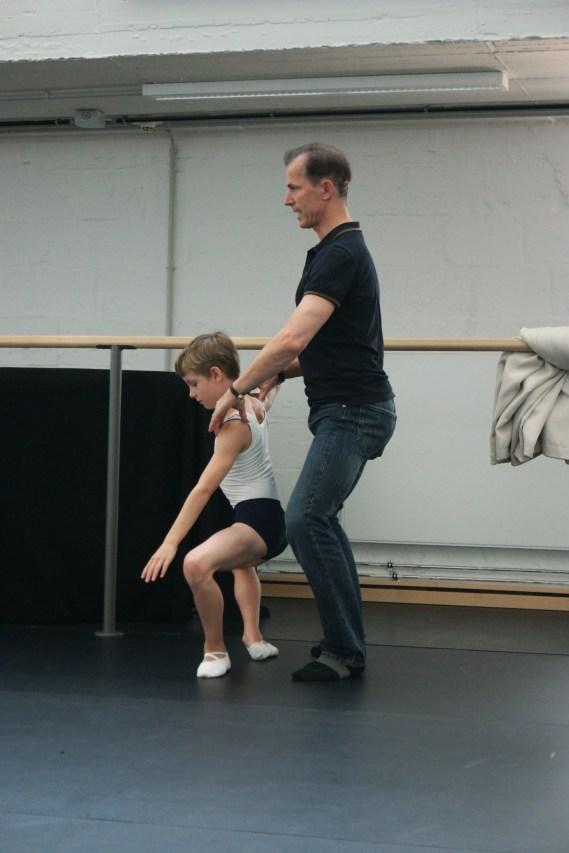 """Hauptfachlehrer """"Bühnentanz"""" Marek Rózycki mit einem Schüler der 2. Ausbildungsklasse."""