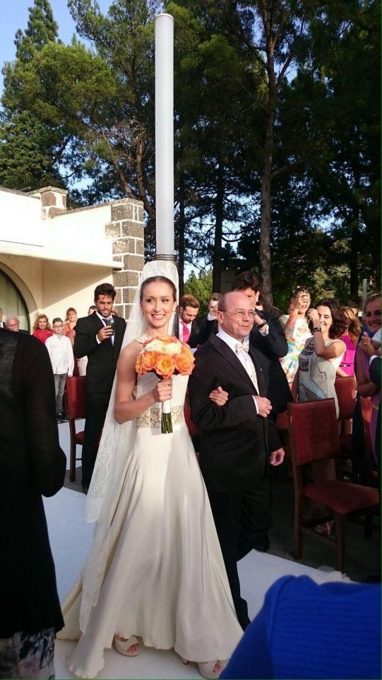 Xenia Wiest wird von ihrem Papa zum Altar gehührt.