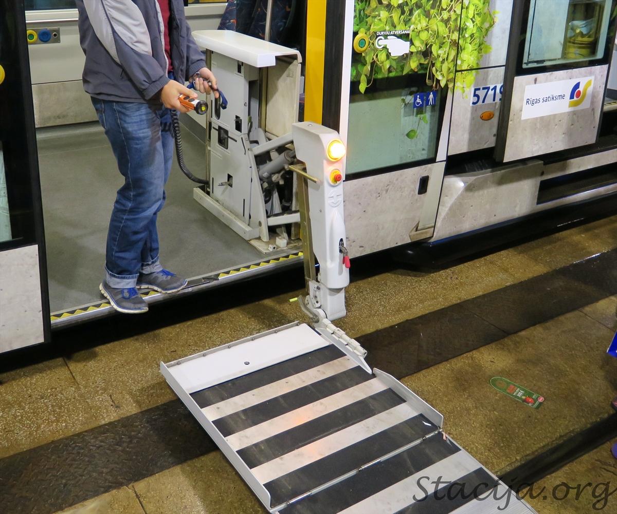 Varējām aplūkot, kā darbojas invalīdu ratiņu pacelšanas un nolaišanas mehānisms.