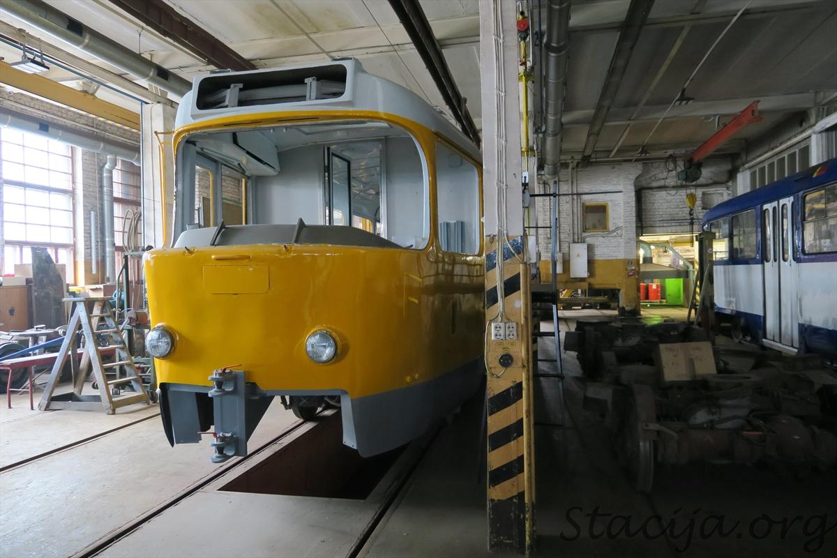 Šeit top (vai tiek atjaunots) darba vagons. Tas ir tramvajs, kuram vadītāja kabīne ir gan priekšā, gan aizmugurē.