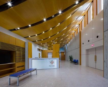 デザインが特徴的なクリニックの内観 光が射し込む待合空間