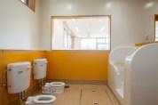 広島の保育室:黄色のトイレの内観写真