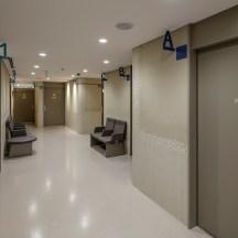 デザインが特徴的なクリニックの待合空間の内観写真