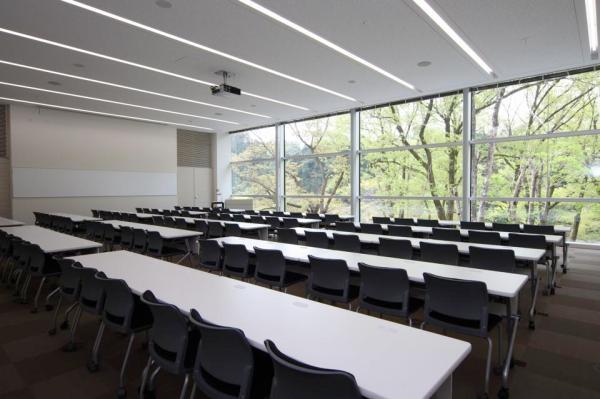 森の中の研修室の内観
