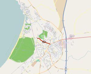 Röda linjen visar Pytteledens planerande dragning. Svart cirkel visar Pyttebrons plats. (Bild: © OpenStreetMaps bidragsgivare, CC BY-SA)