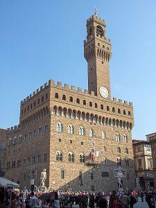 Rådhuset, Palazzo Vecchio, i Florens med sin fästningsliknande form, kreneleringen med sina tinnar och torn och det höga tornet. Bild: JoJan.