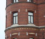 Två nyanser av röd tegel skapar en randig fasad.