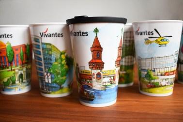 Coffee-to-go-Becher des Unternehmens Vivantes mit unterschiedlichen Motiven