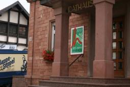 Rathaus mit offiziellem Logo des Dorffestes, 825-Jahr Feier