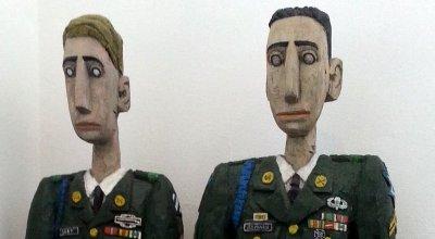 Holzgeschnitzte Soldaten im Treppenhaus des Funkhaus Aschaffenburg