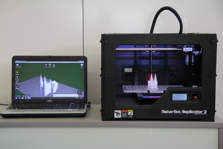 Replicator 2 und Laptop mit MakerWare