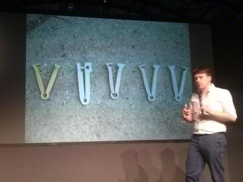 Andrew Lamb zeigt Nabelschnurklammern aus dem 3D-Drucker.