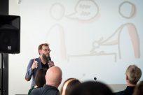 Sebastian Abresch erzählt von den verschiedenen Gesprächsmethoden und den Herausforderungen des Projektplans. Foto: (c) Herr & Frau Martin