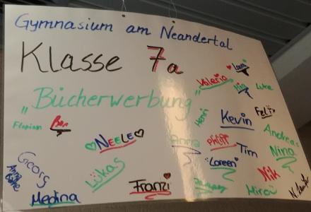 Unterricht in der Bücherei zum Thema Bücherwerbung. Vielen Dank an die Klasse 7a vom Gymnasium am Neandertal.