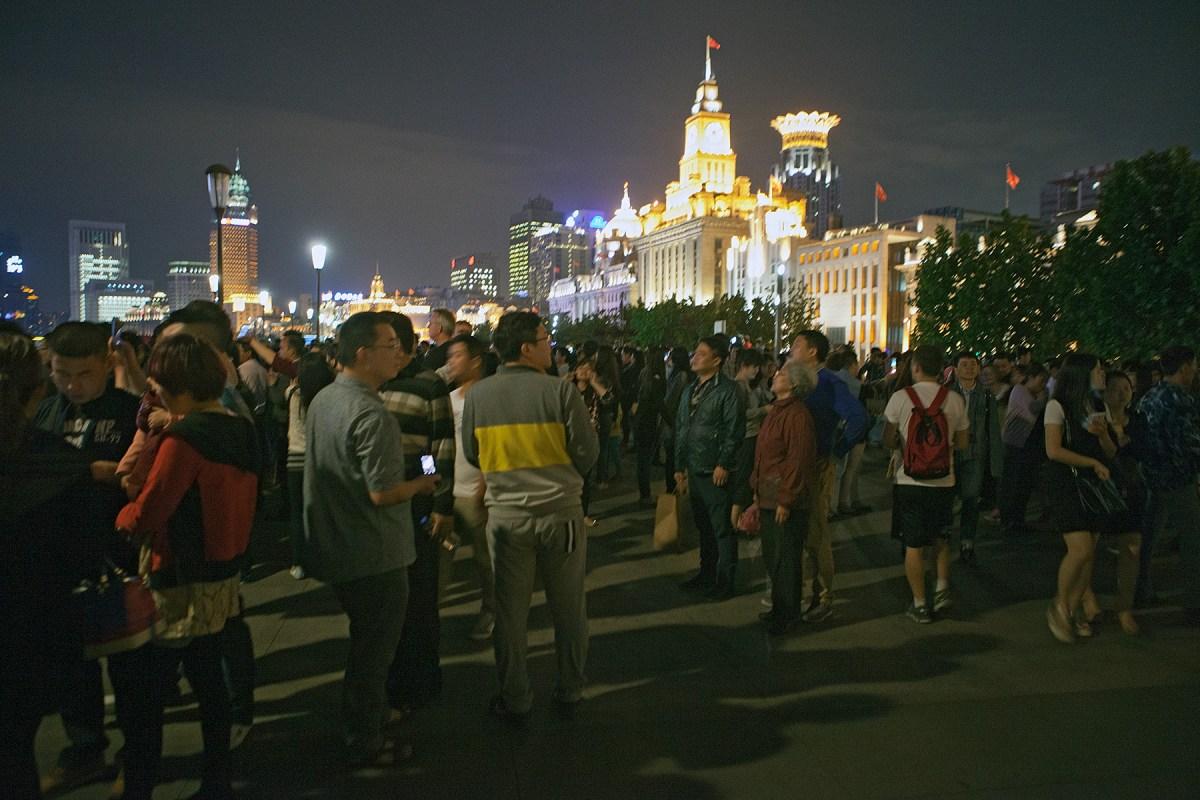 Menschen am Abend vor klassizistischen Gebäuden
