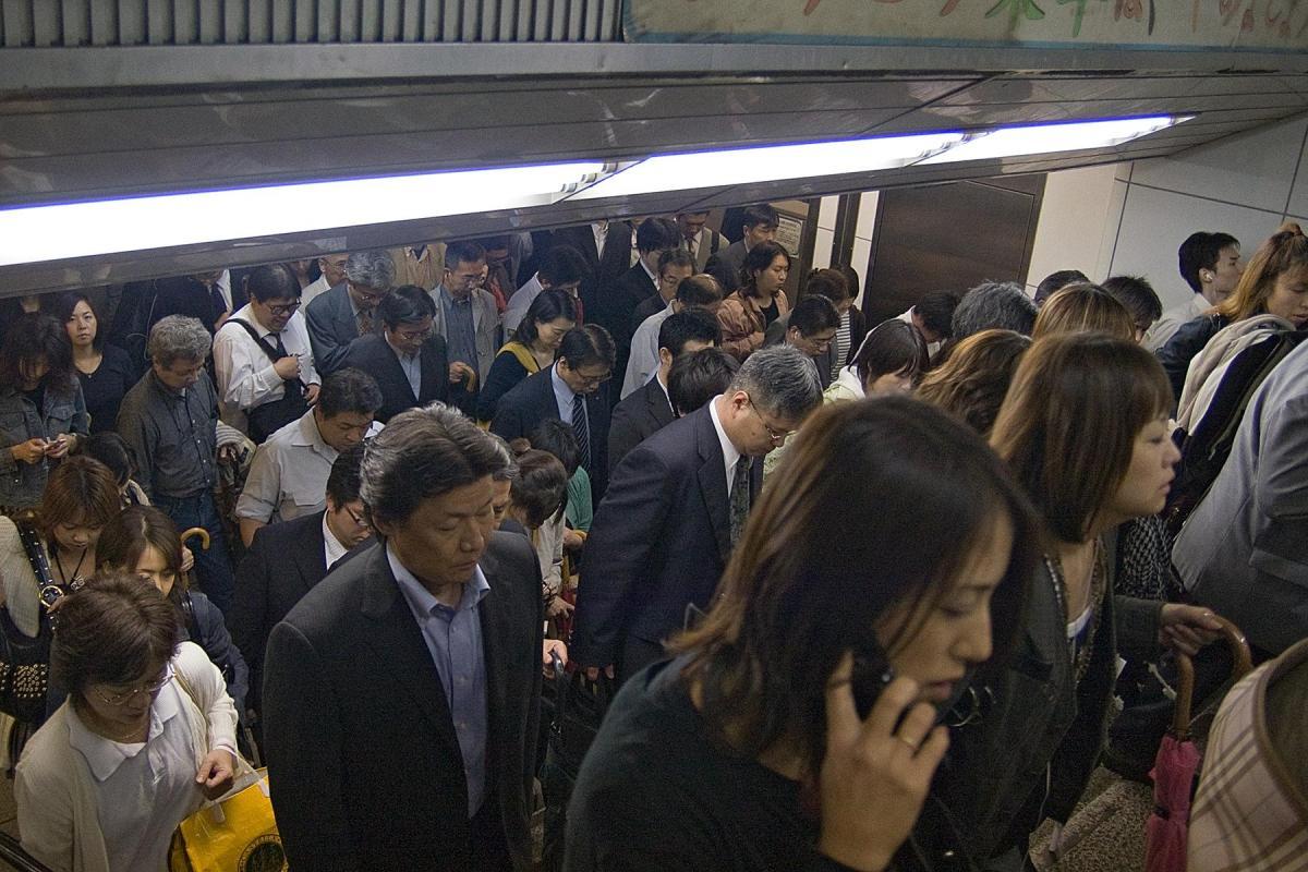 Menschen in U-Bahn Unterführung in Tokio