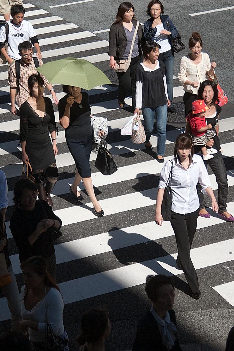 Menschen auf Zebrastreifen in Tokyo