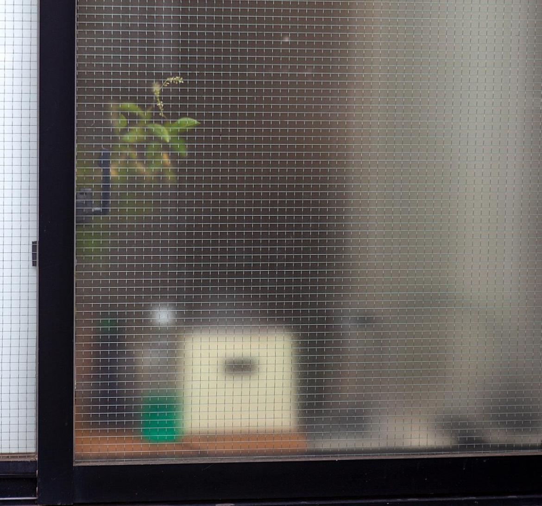 Matte Fensterscheibe mit Dingen dahinter