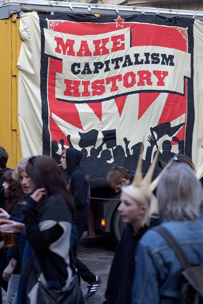 """Wagen mit der Aufschrift """"Make Capitalism History"""" im Beitrag Berlin, 1. Mai"""