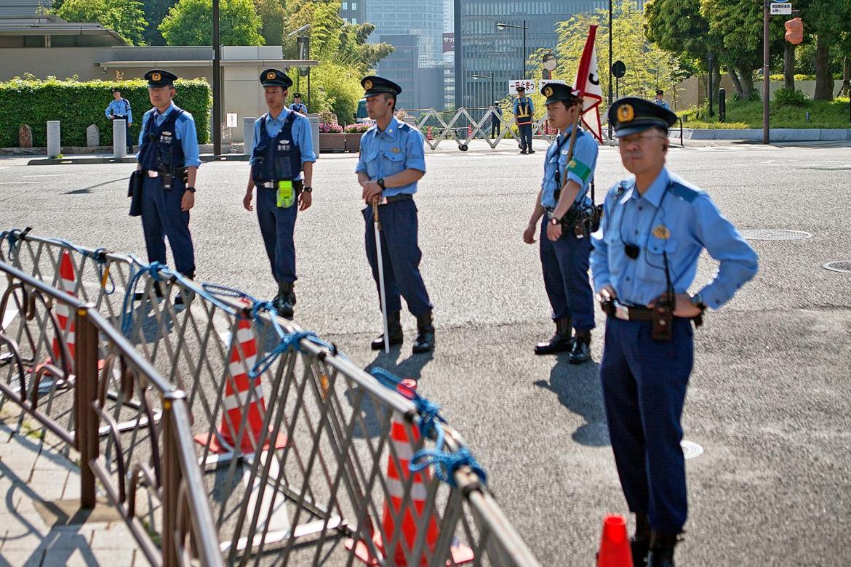 Polizisten sperren die Straße ab im Beitrag Tokio Against Nukes