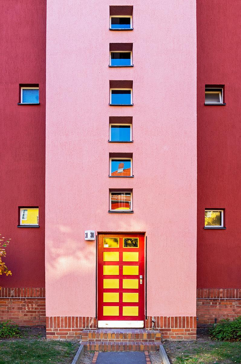 Eingangstür und Treppenhausfenster im roten Haus im Beitrag Berlin: Hufeisen Siedlung