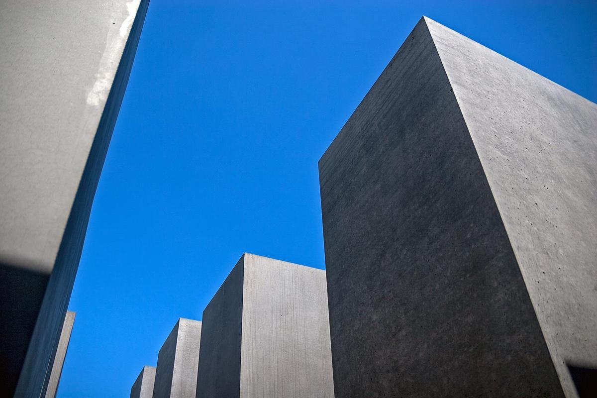 Steelen auf dem Holocaust Mahnmal in Berlin gegen den blauen Himmel fotografiert