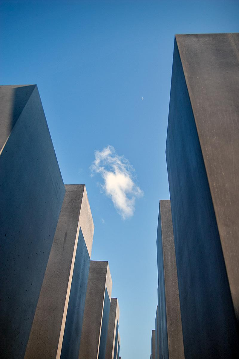 Steelen auf dem Holocaust Mahnmal in Berlin gegen den blauen Himmel