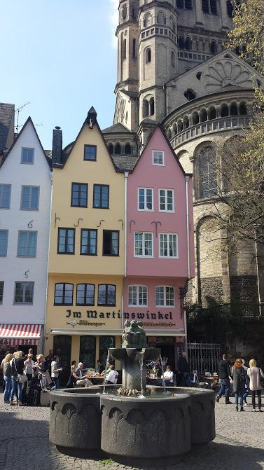 Kölner Martinsviertel mit dem Brunnen der Fischweiber