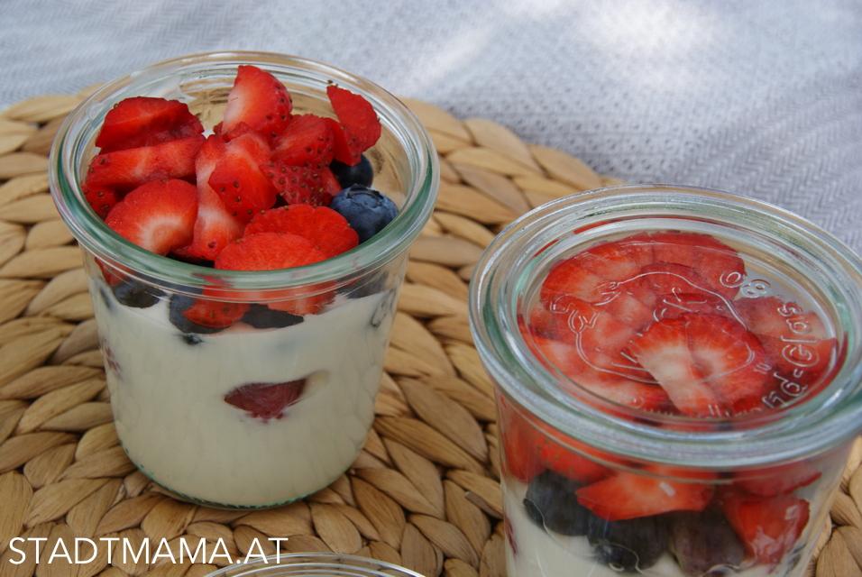 Sommer Dessert mit frischen Beeren