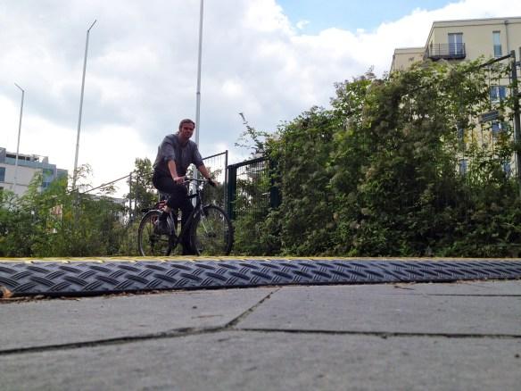 Mehr Hindernis als Hilfe: eine Blechschwelle am Reichpietschufer   Foto: Link