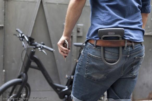 Das kleinste Bügelschloss von Abus passt an die Jeans pd-f / Mathias Kutt