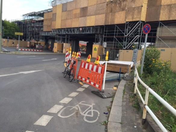 Der Radweg am Nollendorfplatz endete in der Baustellensicherung