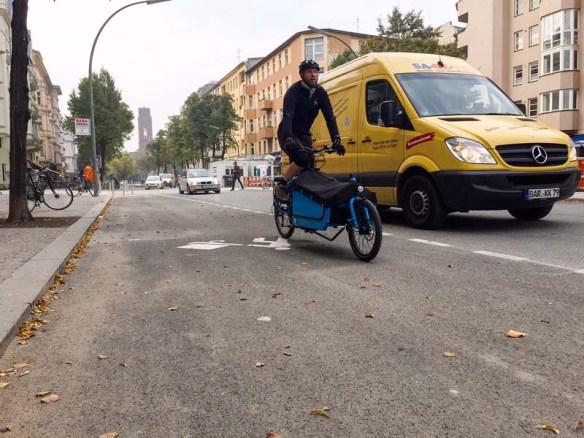Lastenrad und Transporter auf der Maaßenstraße in Schöneberg
