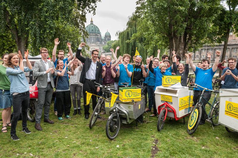 Radfahrer mit freudig erhobenen Händen