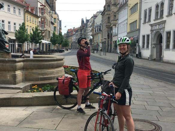 Zwei Radfahrerinnen in der Altstadt von Erfurt