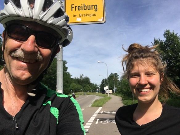 Zwei Radfahrer am Ortsschild von Freiburg
