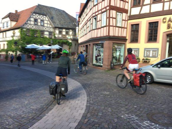 Zwei Fahrradfahreinnen in Lohr
