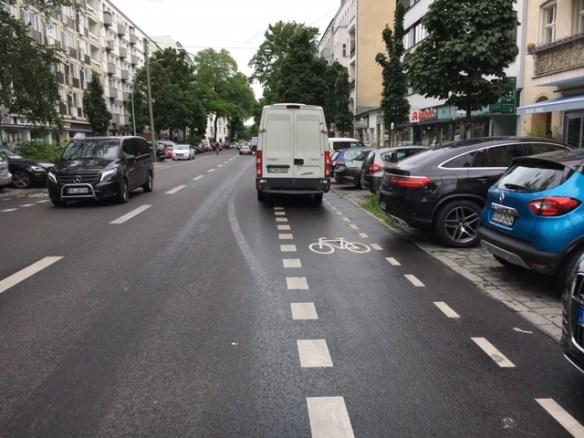 Lieferwagen auf Fahrradstreifen in der Uhlandstraße