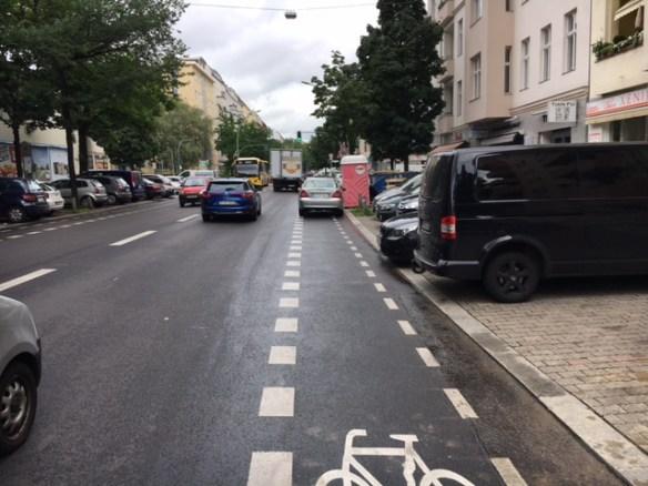Lieferwagen auf dem Fahrradstreifen in der Uhlandstraße
